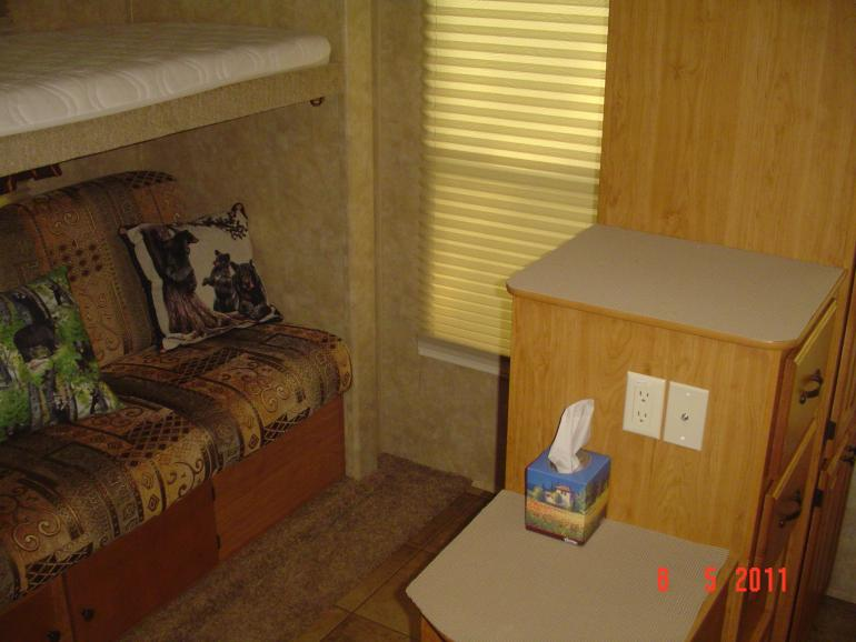 Click image for larger version  Name:INSIDE 5TH WHEEL PHOTOS 007.jpg Views:64 Size:50.6 KB ID:11939